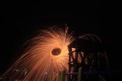 Steelwool maakt vuurwerk in Middernacht Stock Afbeeldingen