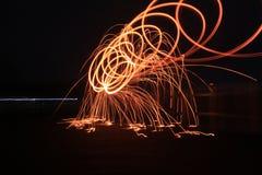 Steelwool maakt vuurwerk in Middernacht Royalty-vrije Stock Foto's