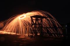 Steelwool maakt vuurwerk in Middernacht Royalty-vrije Stock Afbeeldingen