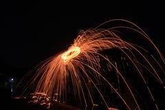 Steelwool maakt vuurwerk in Middernacht Stock Foto's