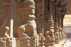 Steen bas-hulp op de kolom in Shiva Virupaksha Temple, Hampi Snijdende steen oude achtergrond Gesneden die cijfers van steen word royalty-vrije stock foto's