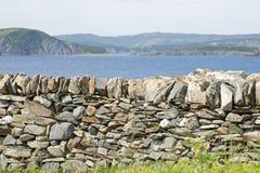 Steen behoudende muur door de oceaan stock afbeelding