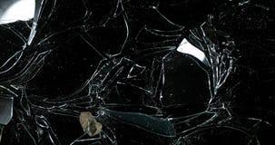 Steen brekende Ruit van Glas tegen Zwarte Achtergrond, Langzame Motie 4K stock videobeelden