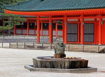 Steen Dragon Fountain met Japans Heiligdom in  Stock Foto's