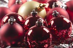 Steen en de glanzende rode ballen van Kerstmis Royalty-vrije Stock Fotografie