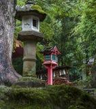 Steen en houten lantaarns dichtbij het heiligdom van Kasuga Taisha in Nara, Ja Stock Foto's