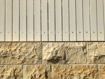 Steen en houten omheining in de stad Sluit omhoog geschoten stock foto