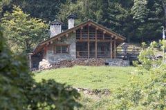 Steen en houten plattelandshuisje Stock Foto