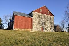 Steen en rode houten schuur Stock Afbeelding