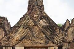 Steen gesneden bas-hulp van de tempel van Banteay Srei in Angkor Wat, Kambodja De hulp van het poortdak met bloemenornament bas-h stock foto's