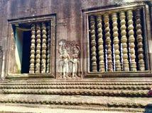 Steen gesneden muur Bashulp Angkor Wat Hindoese Tempel kambodja royalty-vrije stock afbeeldingen