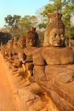 Steen gesneden standbeelden van Devas in Kambodja Stock Foto's