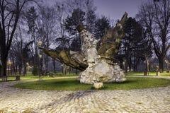 Steen, gevleugeld paardmonument in een park stock fotografie