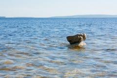 Steen hierboven - water Stock Fotografie