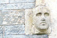 steen hoofddetail op kerkmuur Royalty-vrije Stock Foto's