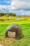 Steen met gedichten van Pushkin bij de rivier Soroti in museumlandgoed Mikhailovskoye royalty-vrije stock foto's