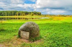Steen met gedichten van Pushkin dichtbij de Soroti-rivier in museumlandgoed Mikhailovskoye Stock Foto