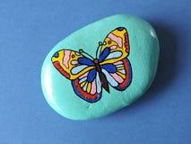 Steen met geschilderde vlinder Stock Afbeeldingen