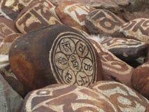 Steen met symbolen van prosperity_2 wordt gesneden die Royalty-vrije Stock Afbeeldingen
