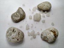 Steen met zout op de gevoelde achtergrond van wit royalty-vrije stock foto's