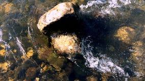 Steen onder de golf van het rivierwater stock footage