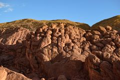Steen op steen om een berg op te heffen Stock Foto's