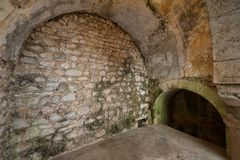 Steen overspannen muren van Arabische Baden in Girona stock afbeeldingen