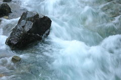 Steen in rivierstroom Royalty-vrije Stock Foto
