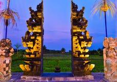 Steen rode poort aan het gebied van het rijstterras tijdens avondzonsondergang royalty-vrije stock fotografie