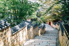 Steen Wall Street en groene bomen bij Beomeosa-tempel in Busan, Korea stock foto