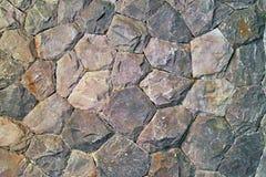 Steenachtergrond, muurachtergrond met ruwe textuur, grijs en bruin metselwerk met verschillende vormenstenen Grungy natuurlijk ma Stock Fotografie