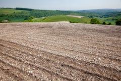 Steenachtig onvruchtbaar grond geploegd gebied Zuidelijk Engeland het UK royalty-vrije stock fotografie