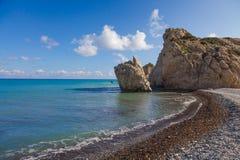 Steenachtig strand met rotsen Stock Afbeelding