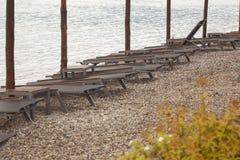 Steenachtig strand met zonbedden op het Montenegro overzees stock foto's