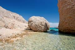Steenachtig strand op eiland Pag Kroatië stock fotografie