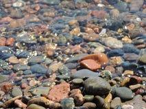 Steenachtige bodem onder water royalty-vrije stock afbeeldingen