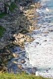Steenachtige kust dichtbij de Klippen langs Ierse Kust, Noord-Ierland Royalty-vrije Stock Foto