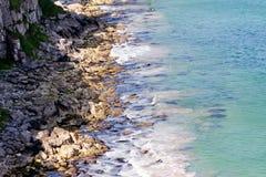 Steenachtige kust dichtbij de Klippen langs Ierse Kust, Noord-Ierland Royalty-vrije Stock Afbeeldingen
