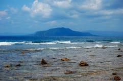 Steenachtige kust op zee haven, Indonesië Stock Afbeelding