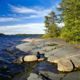 Steenachtige kust van het meer van Ladoga Stock Fotografie