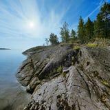 Steenachtige kust van het meer van Ladoga Stock Foto