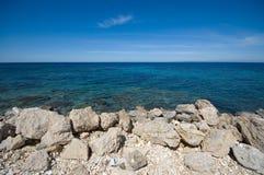 Steenachtige kustachtergrond Stock Foto