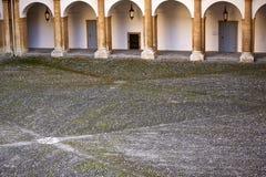 Steenachtige lege werf in een middeleeuws kasteel stock afbeelding