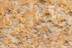 Steenachtige ongelijke bruin-gele textuur met krassen en zand Stock Afbeelding