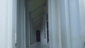 Steenachtige overspannen gangarchitectuur in oud de bouwontwerp De lange barokke buitenkant van de arcadecolonnade Antiek ontwerp stock footage