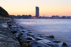 Steenachtige overzeese kustlijn stock afbeeldingen
