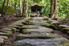 Steenachtige plakken die tot Shinto-heiligdom leiden stock foto