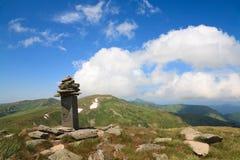Steenachtige post op de rand van de de zomerberg royalty-vrije stock afbeeldingen