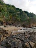 Steenachtige trap die van zandig rotsachtig strand tot groene heerlijke heuvels van Mindoro leiden stock afbeelding