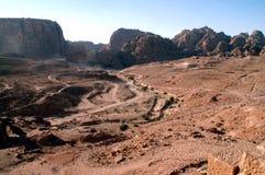 Steenachtige woestijn en rotsen op de horizon in Jordanië Stock Foto's